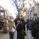 """Radnici """"Agrokopa"""" traktorima blokirali opštinu"""