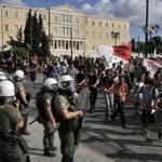 U Atini demonstranti razbijali izloge, palili automobile