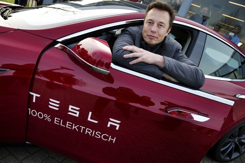 Musk: Razmišljam o povlačenju Tesle s berze