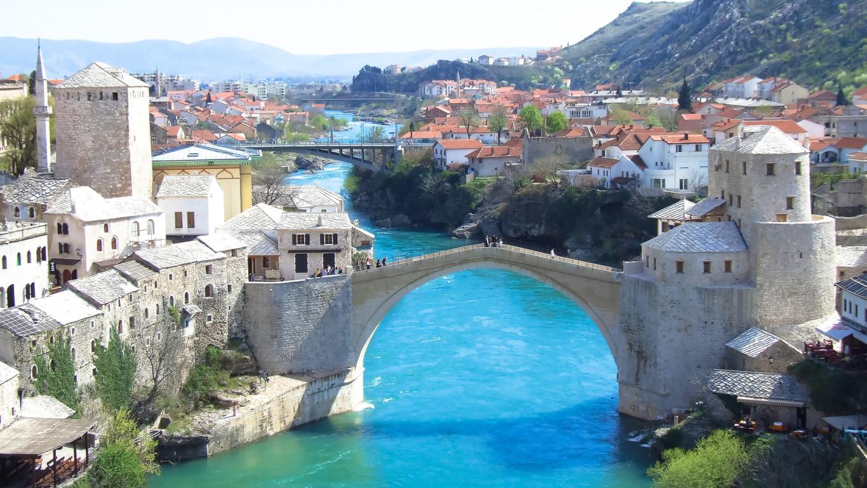Stari Grad u Mostaru prepun turista i pored lošeg vremena
