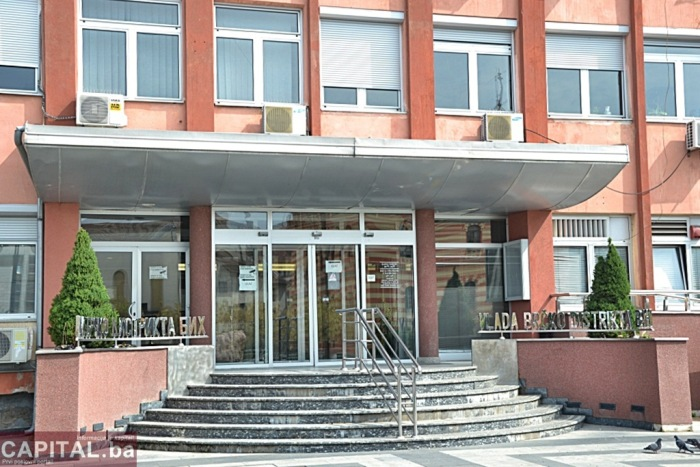 Vlada sudije i tužioce u Brčkom šminka, siječe im nokte, pere i farba kosu…