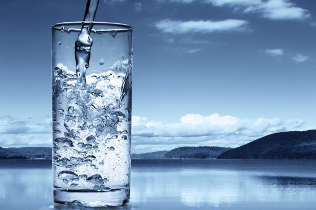 Strana voda prelijeva domaće čaše