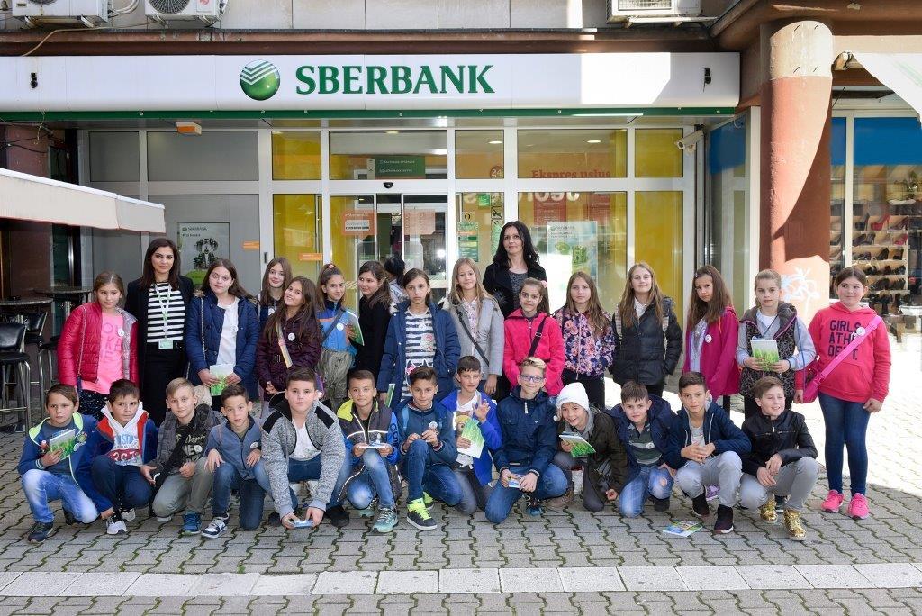 """Učenici OŠ """"Desanka Maksimović"""" posjetili Sberbank a.d. Banja Luka"""
