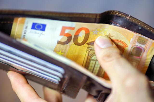Evro ojačao prema dolaru na međunarodnom tržištu