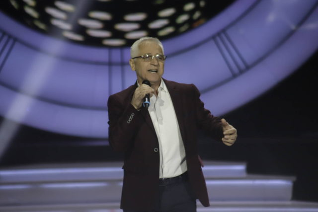"""Bivši direktor IRB-a zapjevao u emisiji """"Nikad nije kasno"""""""