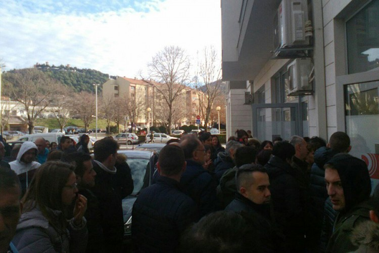 Dugačak red u Trebinju za rad u Dubrovniku