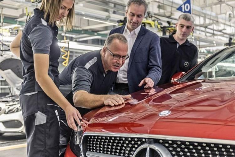 """Mercedes """"časti"""" radnike sa po 5.000 evra"""