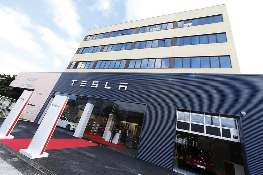 """""""Tesla"""" otpušta četiri direktora"""