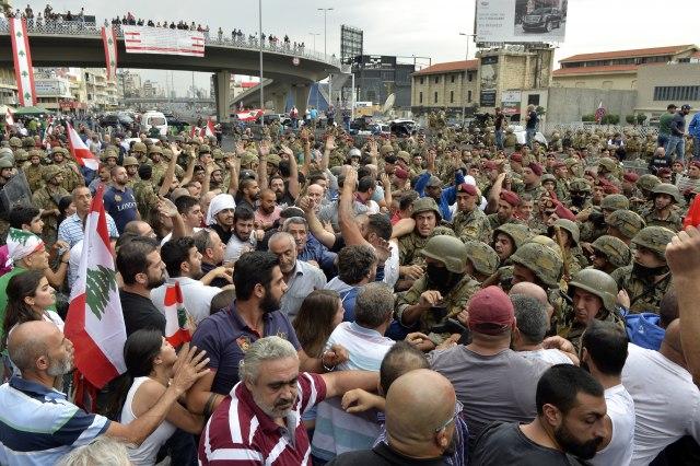 Panika i protesti: Banke ne rade gotovo nedjelju dana, građani ostaju bez gotovine