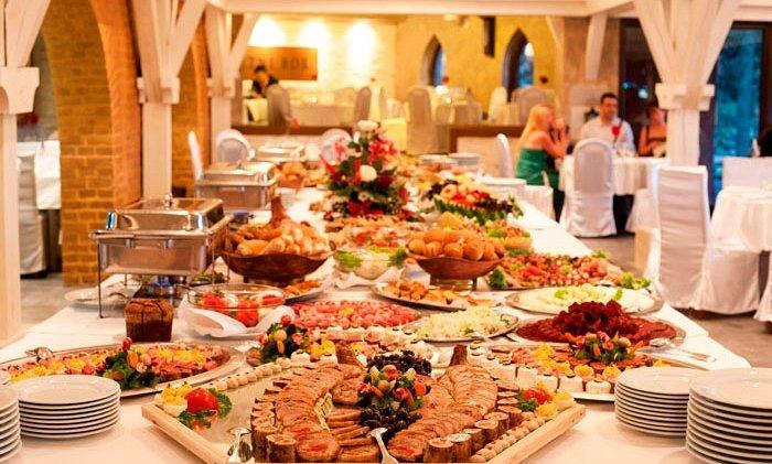 Sebi naručili pečenje i kolače, narodu kobasice i hljeb